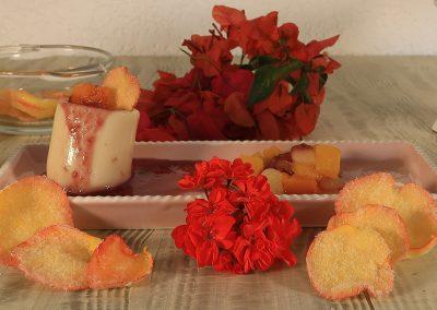 Gelatina de leche con cerezas negras y ensalada de frutas Del Monte®